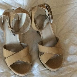 MICHAEL KORS TAN PATENT LEATHER SANDAL